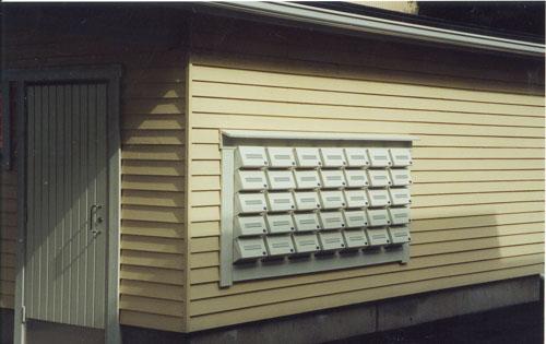 CityBox-V rst postilaatikkojärjestelmä, joka on upotettu varaston seinään